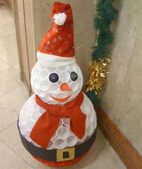 pupazzo di neve fatto con bicchieri di plastica adornos navide 241 os reciclados paperblog