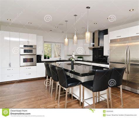 küche backsplash weiße schränke minimalisti design leuchten