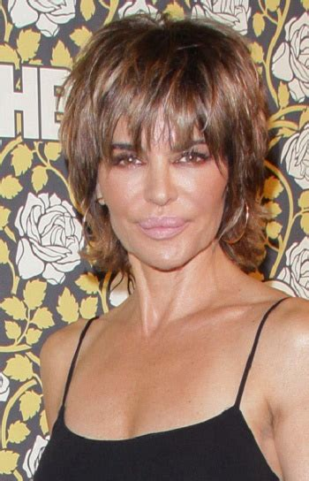 2016 lisa rinna hairstyle lisa rinna has short to medium straight hair in a shag