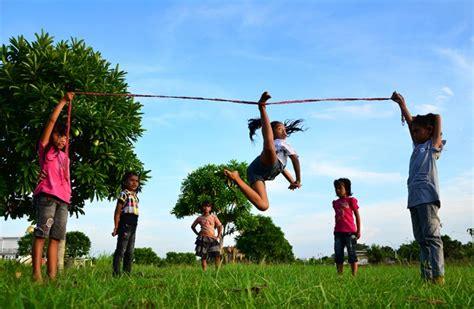 Lompat Tali yuk kenal permainan tradisional dari desa bagian 7 lompat