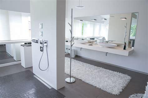 dusche mitten im raum luxusbad mit riesendusche und freistehender badewanne