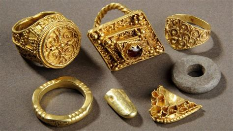 470064 treasures of the anglo saxons leeds anglo saxon gold hoard to go on display bbc news