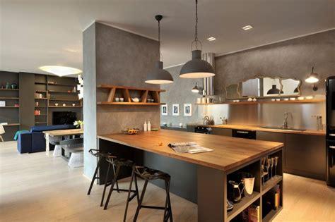 s駱aration vitr馥 entre cuisine et salon appartement contemporain noir et bois espaces ouverts