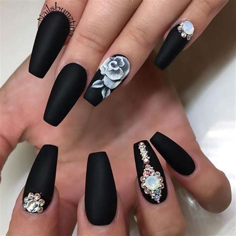 rose pattern nails this design is beautiful because of that rose she should
