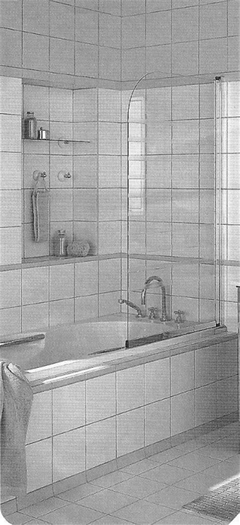 paratia vasca da bagno installazione di parete salvaschizzi trasparente su una