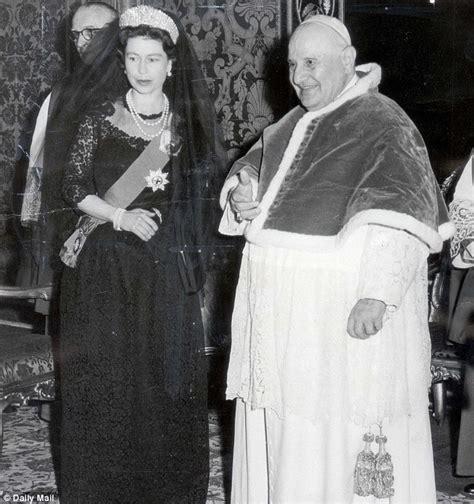 Al Contras Dress 2 elisabetta incontra papa gilda and the royals