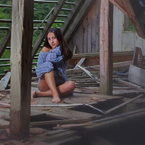nella soffitta immagini di riserva di soffitta una casa abbandonata la