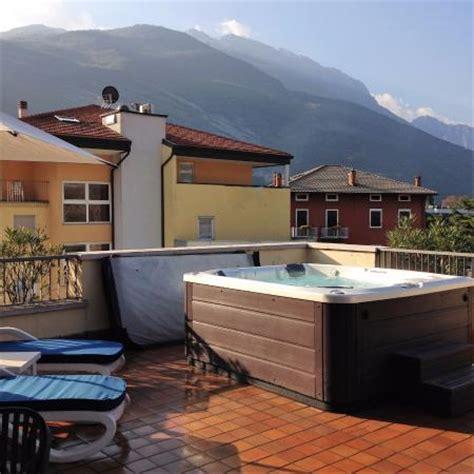 vasca in hotel vasca idromassaggio sulla terrazza principale foto di
