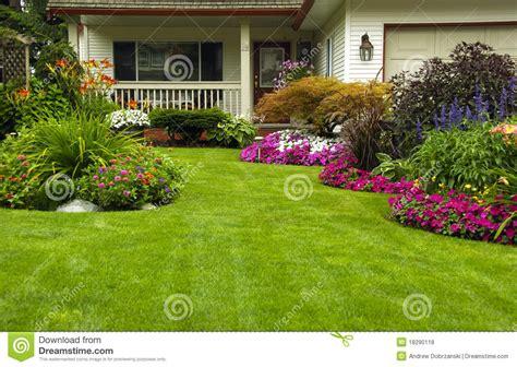imagenes de jardines caseros jard 237 n casero del verano del resorte fotos de archivo