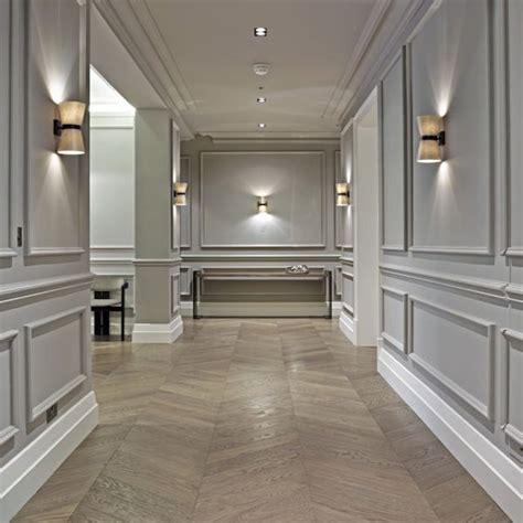 pareti con cornici corridoio stile classico boiserie cornici poliuretaniche