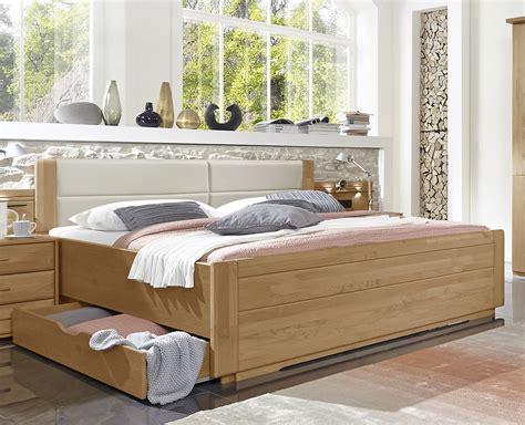 senioren schlafzimmer mit doppelbett doppelbett mit schubladen in erle teilmassiv narita