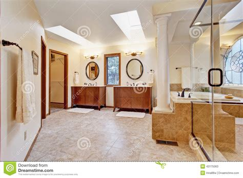 Holzfensterbänke Innen Preise by Luxusbadezimmerinnenraum Mit Oberlicht Stockfoto Bild