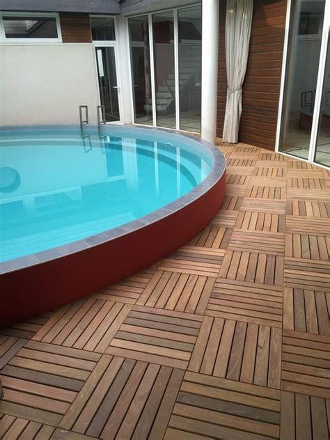 optez pour les caillebotis en bois autour de votre piscine