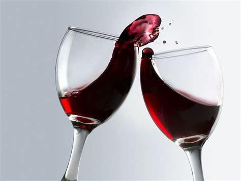 bicchieri di vino rosso un bicchiere di vino rosso donna moderna