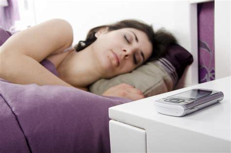 capogiri a letto cellulari sul comodino di notte quali rischi per la salute