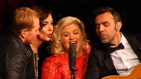 kathie lee gifford singing youtube kelly clarkson wrapped in red nashville dec 20 2014