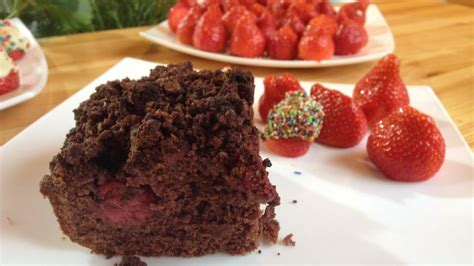 erdbeeren kuchen brownie erdbeer kuchen mit dekorierten erdbeeren bilder
