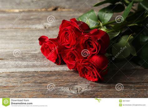 imagenes de rosas rojas frescas cinco rosas rojas frescas en fondo de madera foto de