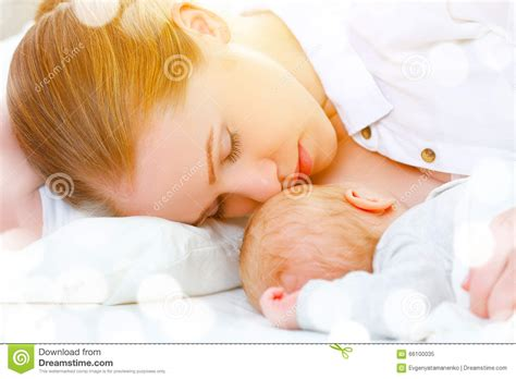 breastfeeding in bed sleeping together and breastfeeding mother and newborn