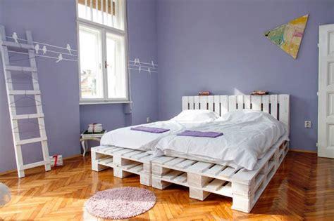 lit en palette de bois avec lumiere un meuble en palette de bois pour chaque pi 232 ce de la maison