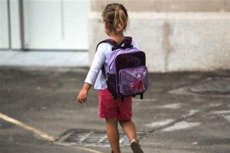 paura di andare in bagno quot maestra posso andare in bagno quot ma la bimba esce da scuola