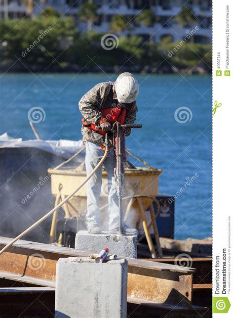 marteau piqueur 202 homme travaillant avec le marteau piqueur photo stock