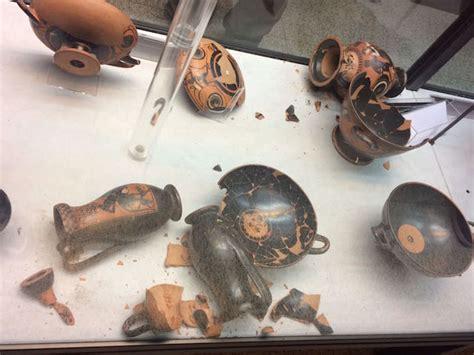 vasi etruschi buccheri danni al museo faina vasi e piatti etruschi in frantumi