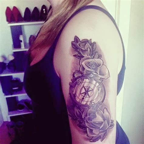 rosen kompass tattoo am oberarm von joline pfu
