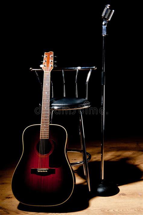 sgabelli per chitarra retro microfono sgabello e chitarra fotografia stock
