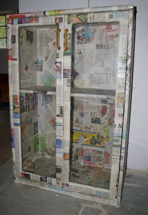 schrank mit zeitung bekleben serviettentechnik recyclingkunst und der versuch