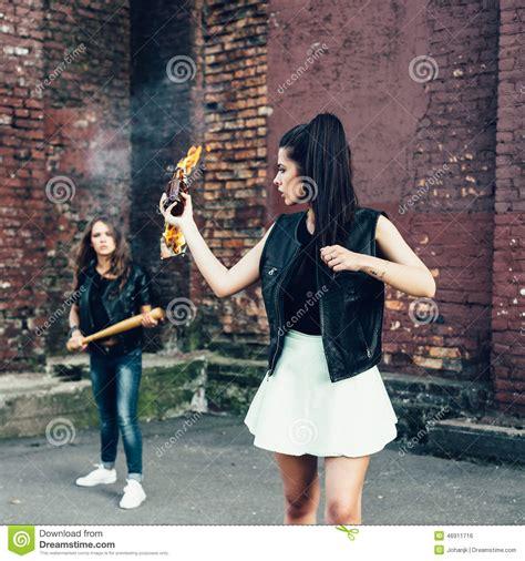 mauvaises filles portraits 2358870846 deux mauvaises filles avec le cocktail molotov et la bombe fumig 232 ne rouge photo stock image