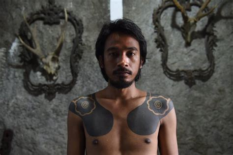 tribal tattoo jakarta indonesian tattooists revive tribal traditions by tapping
