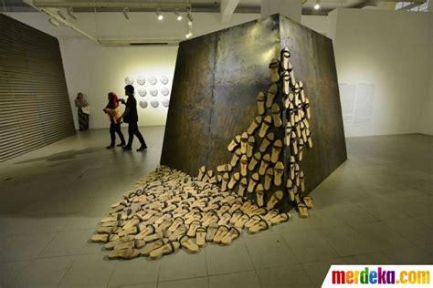 foto melihat pameran seni instalasi lukisan hanafi