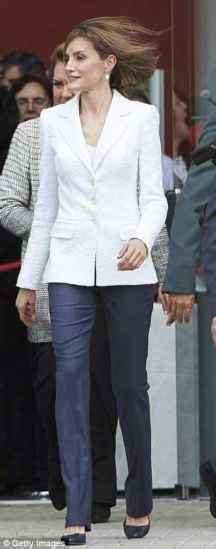 queen letizia is chic in white as she welcomes panamas queen letizia displays her tiny waist in floral midi skirt