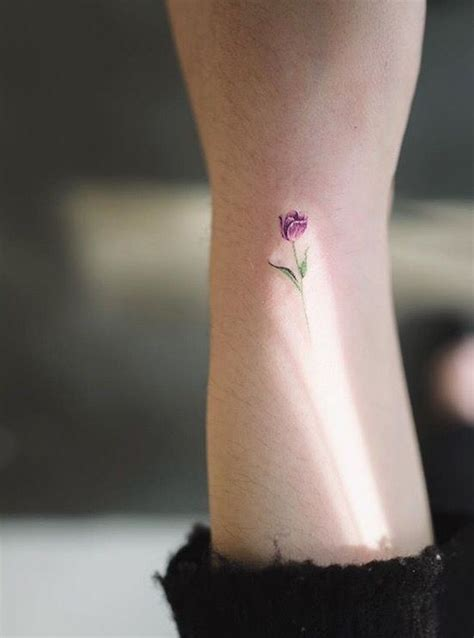 violet tattoo on wrist m 225 s de 25 ideas fant 225 sticas sobre tatuaje de tulipan en