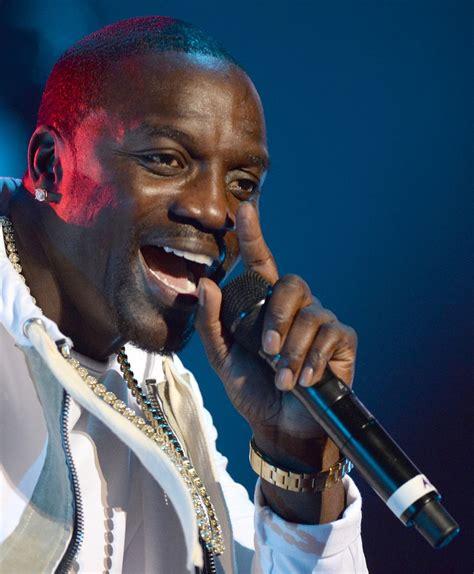 Rapper Akon Has Three by Rapper Akon Investeert 1 Miljard Dollar In Afrika Het