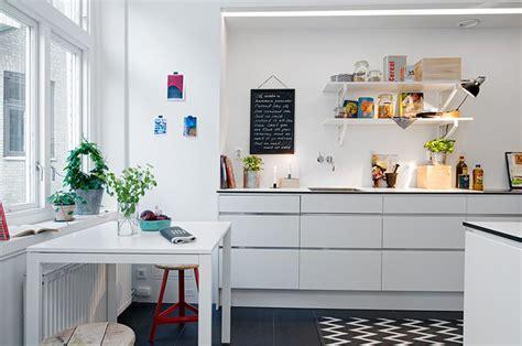 12 modern eat in kitchen designs skandynawska biała kuchnia z czarną podłogą zdjęcie w