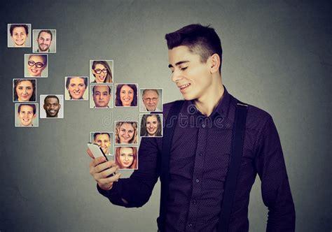elenco telefonico mobile l uomo per mezzo dello smart phone ha molti contatti