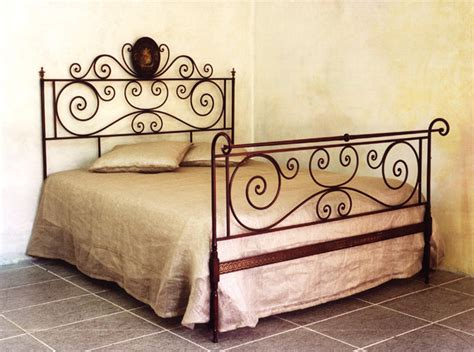 letto antico ferro battuto letto matrimoniale in ferro rosso sfumato antico letti