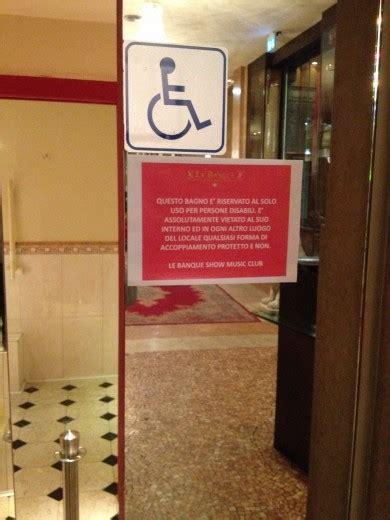 nel bagno della discoteca foto il cartello nel bagno in discoteca quot e vietato ogni