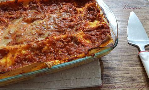 cucina con lasagne lasagne con prosciutto e mozzarella in cucina con peppa
