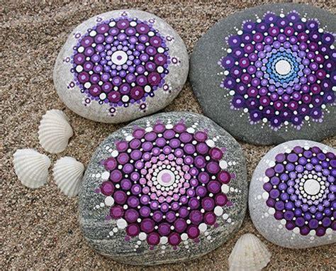 imagenes uñas negras con piedras mandalas en piedras celina emborg
