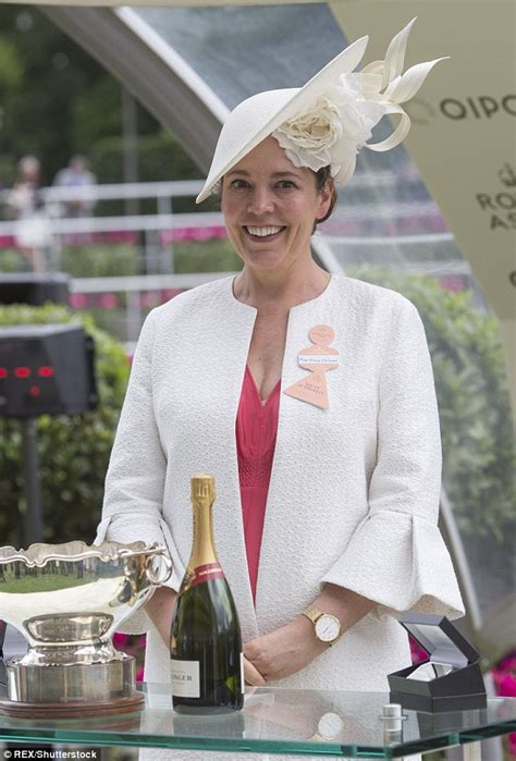 elizabeth actress crown who is olivia colman actress who plays elizabeth ii in