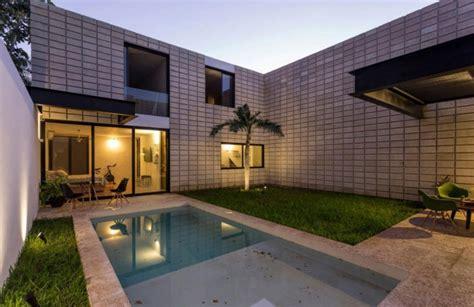 patios interiores casa de dos pisos en terreno angosto planos de arquitectura