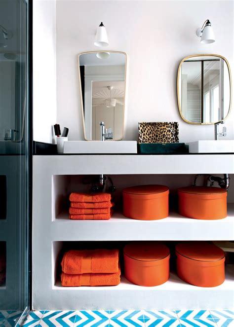 Formidable Salle De Bain Bleu Petrole #5: appartement-parisien-salle-de-bain-blanche-deco-orange.jpg