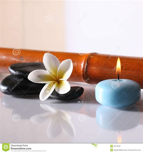 sti per candele spa stones and lit candle royalty free stock photography