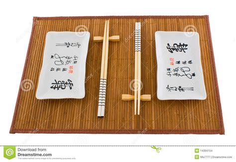 stuoia sushi due insiemi dei piatti per i sushi sulla stuoia immagini