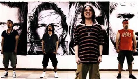 Sepatu Converse Reggae cupumanik salah satu band yang mengsusung grunge dari bandung indonesia