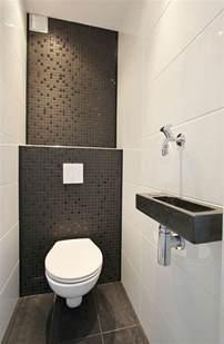 Superbe Amenager Une Petite Salle De Bain #1: jolie-salle-de-vain-avec-carrelage-noir-et-blanc-mur-en-mosaique-noir-salle-de-bain-petite-dimension.jpg