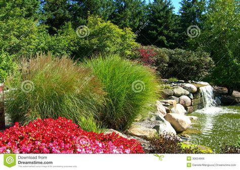 Mit Freundlichen Grã ã En Formal Formaler Garten Mit Wasserfall Lizenzfreies Stockbild Bild 30634666